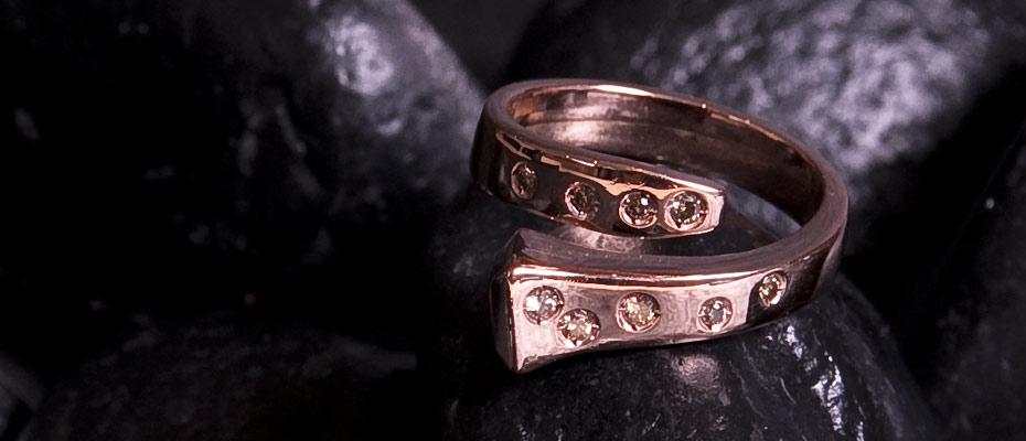 Anello con diamanti brown in oro rosa