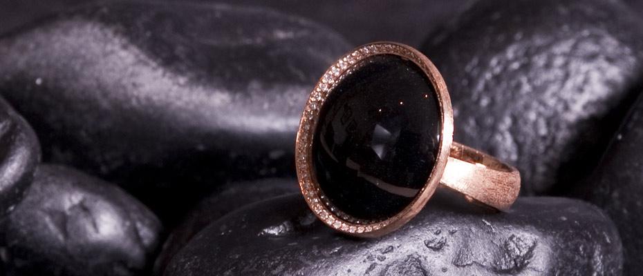 Anello con onice nero e diamanti bianchi e neri in oro graffiato