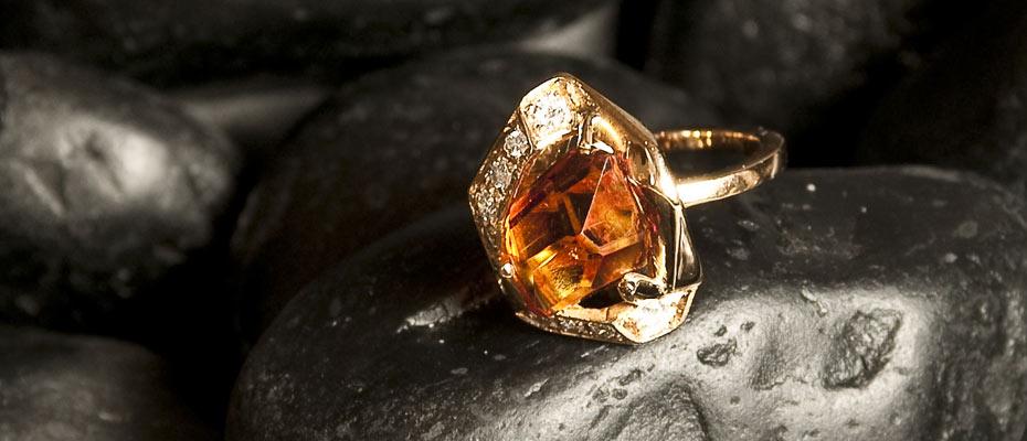 Anello con quarzo madera diamanti e oro