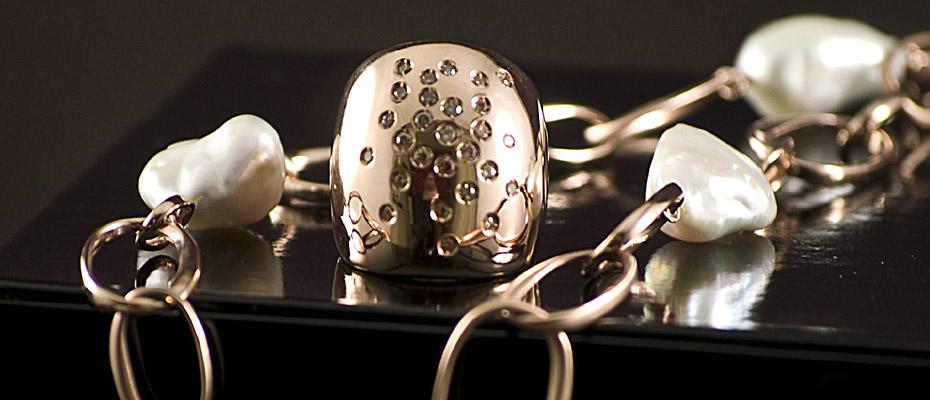 Anello e catena con perle e diamanti brown in oro rosa