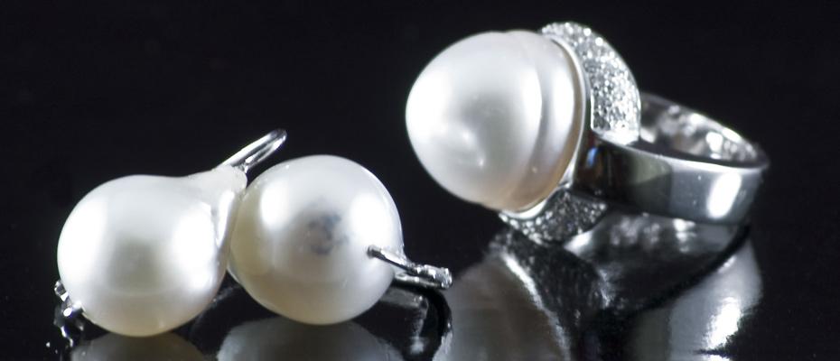 Orecchini e anello con perle australiane e diamanti in oro bianco
