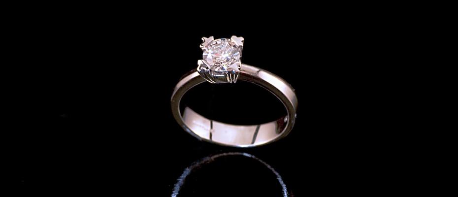 Solitario con diamante taglio a brillante in oro bianco