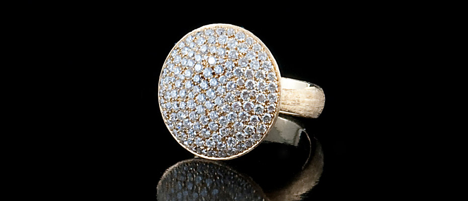 Anello in oro giallo graffiato con diamanti