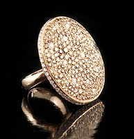 Anello in oro rosa graffiato con diamanti brown e bianchi